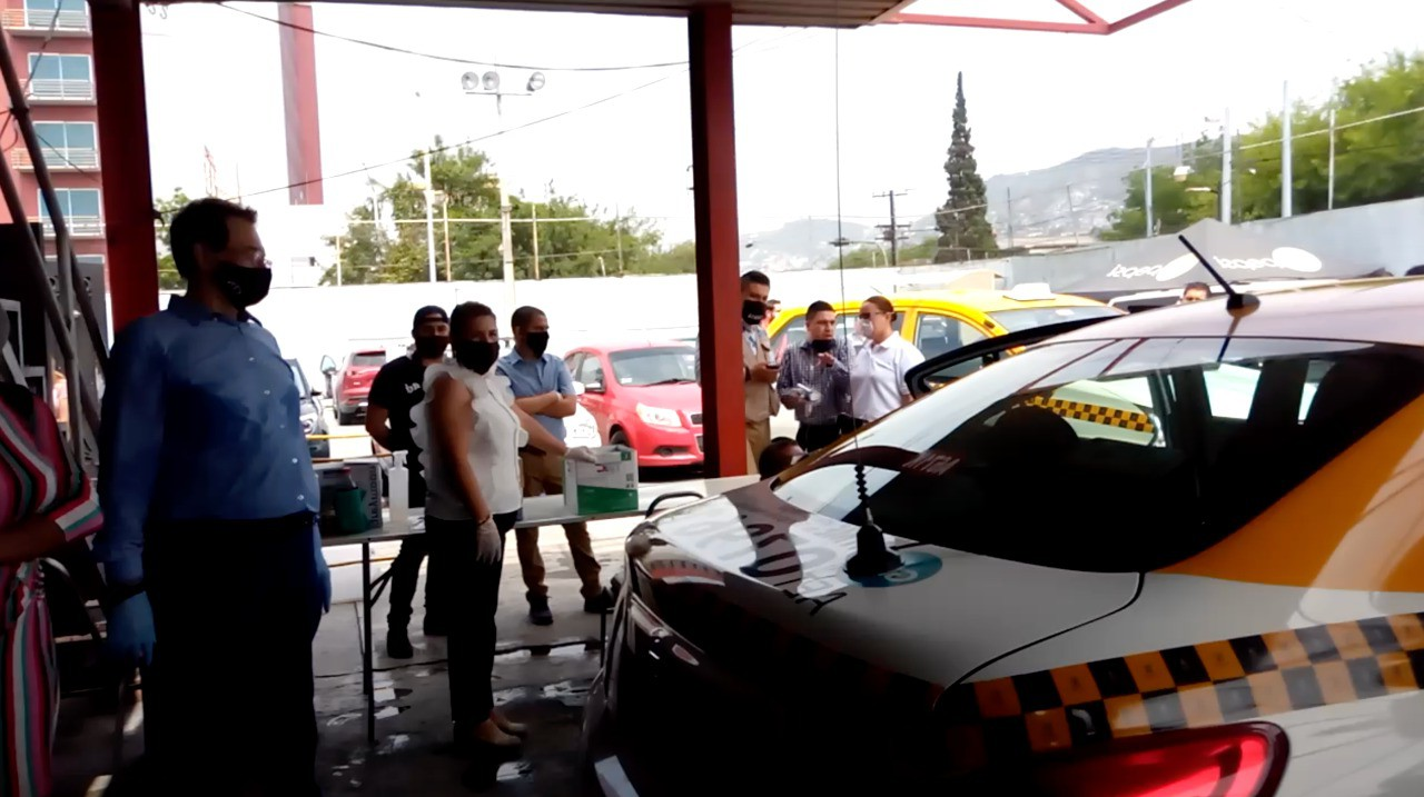 Sanitizan unidades de taxi en diversos puntos de la ciudad