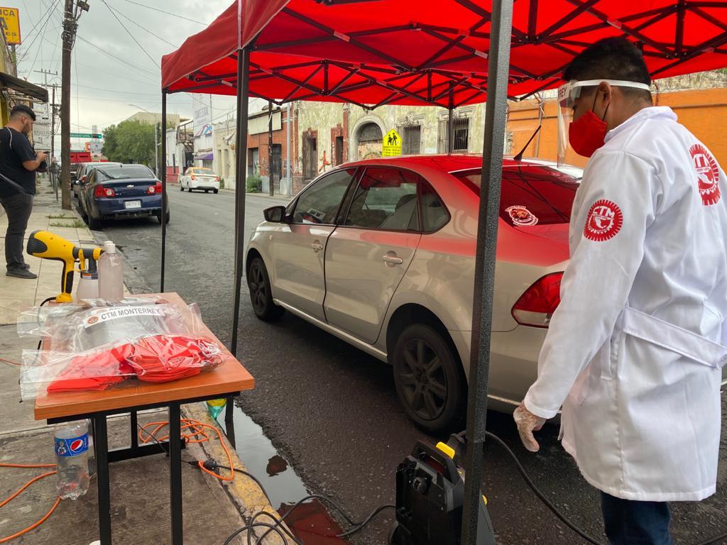 Trabajadores del volante sanitizan sus unidades en CTM Monterrey